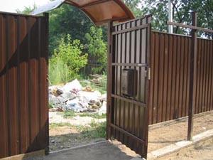 Калитка в заборе из профнастила