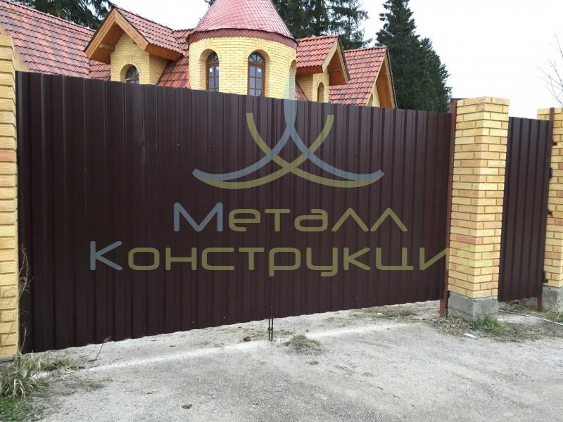 Забор перед домом